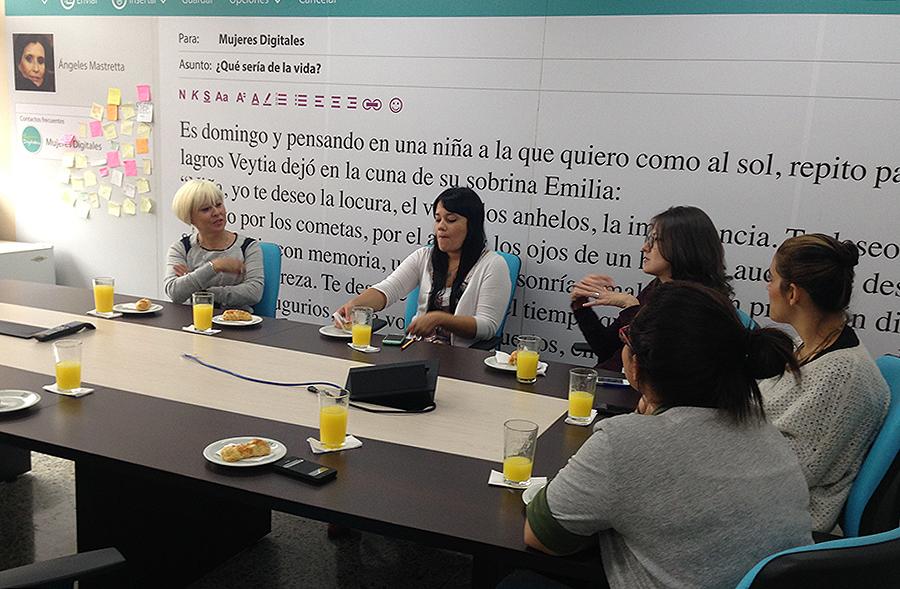 Reunión en la sede de Mujeres Digitales.